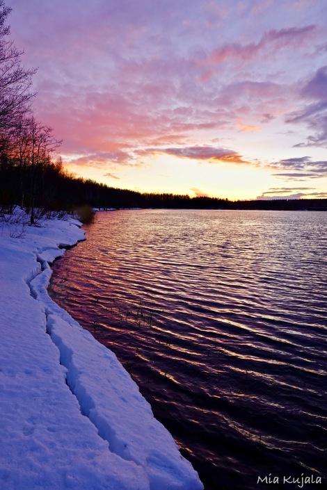 Auringonlasku joella.